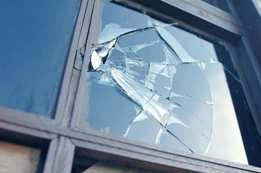 kapot glazen raam